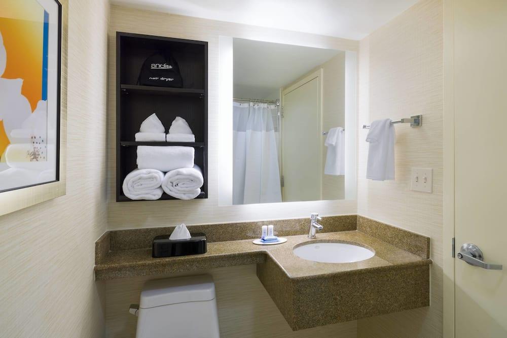 Студия, 1 двуспальная кровать «Кинг-сайз», для некурящих, вид на внутренний двор - Ванная комната