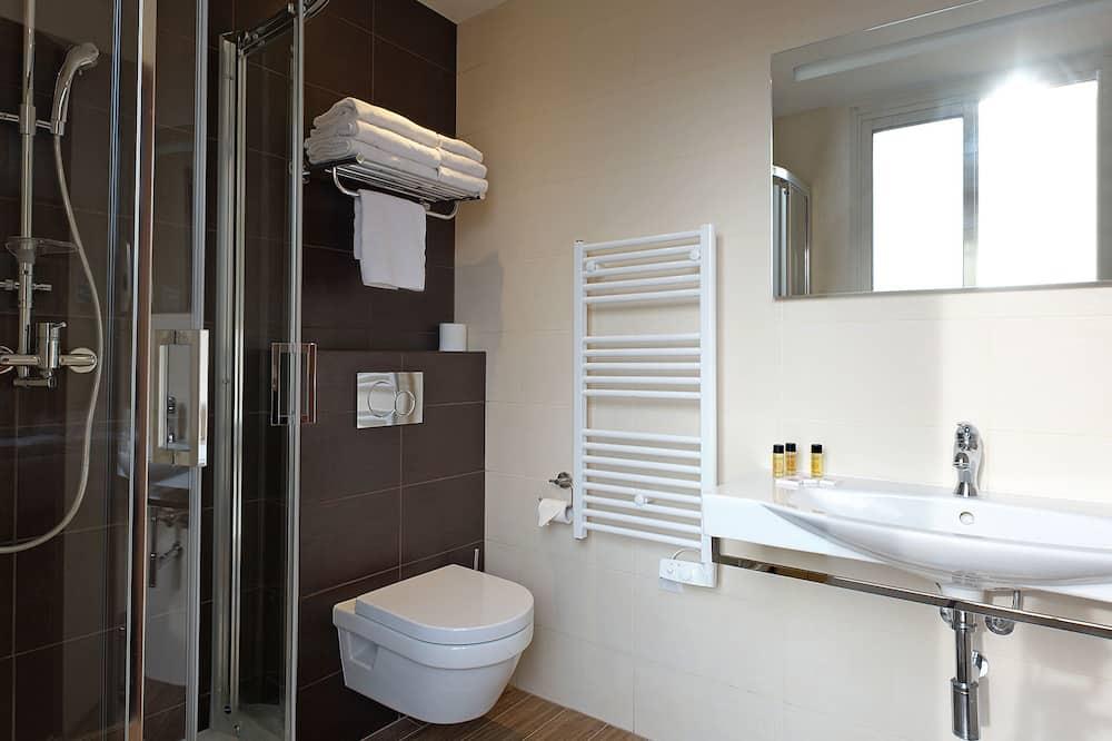 Třílůžkový pokoj typu Superior, balkon - Koupelna