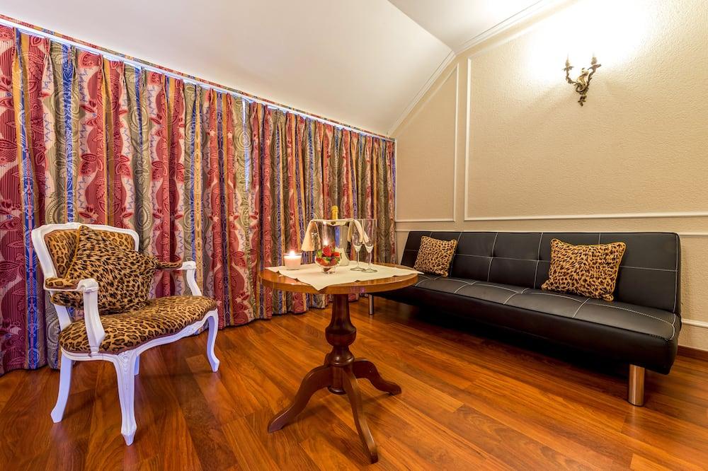 Junior Suite, 1 Queen Bed - Living Area