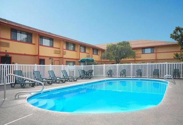 Quality Inn and Suites Airport, Medford, Pool