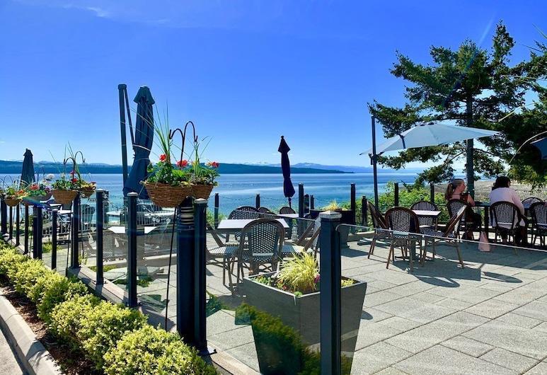 Beach Gardens Resort and Marina, Powell River, Vakarienės lauke