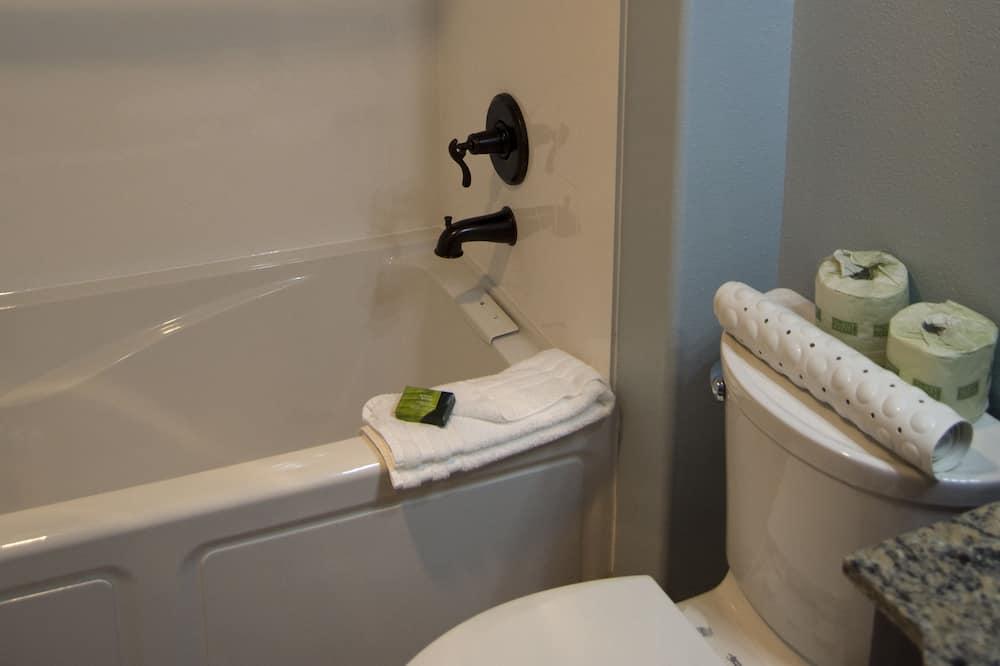ห้องสวีท, เตียงคิงไซส์ 1 เตียง, ปลอดบุหรี่, เตาผิง (2nd Floor) - ห้องน้ำ