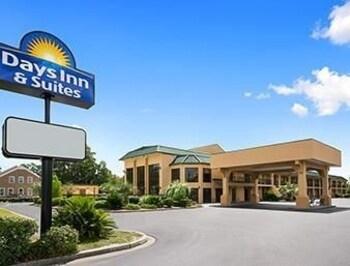 Picture of Days Inn and Suites Savannah Midtown in Savannah
