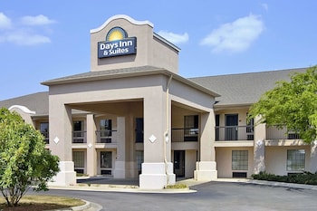 Picture of Days Inn & Suites by Wyndham Fort Valley in Macon