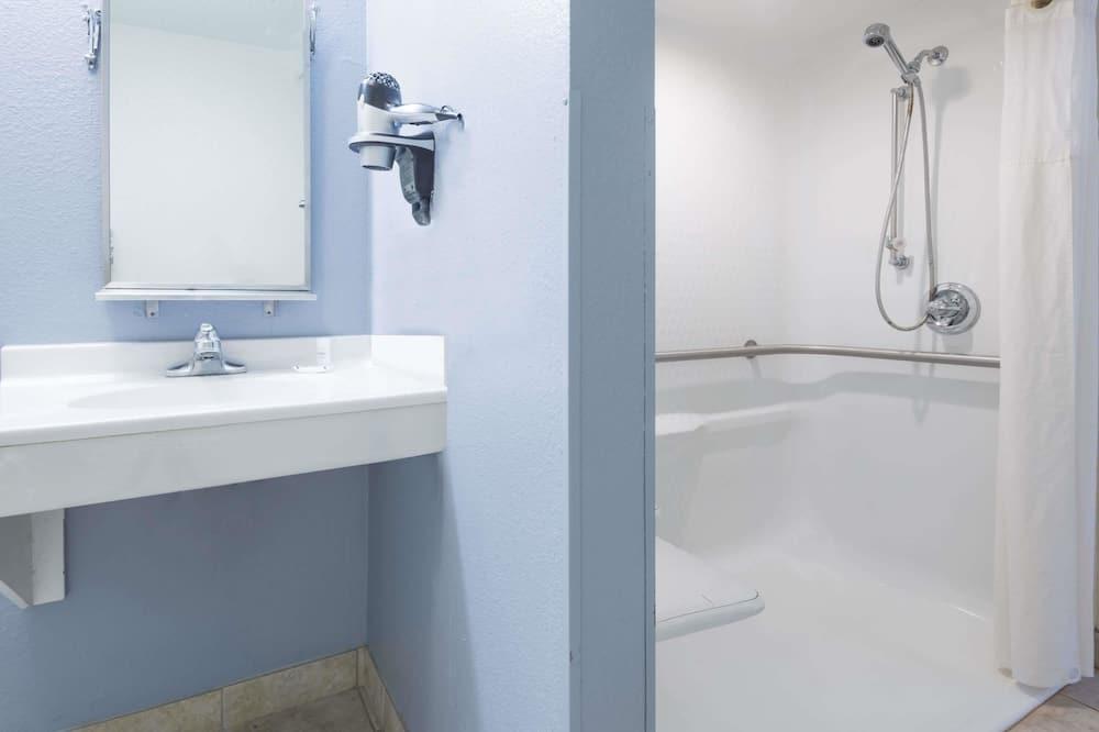 Room, 1 Queen Bed, Accessible, Smoking - Bathroom