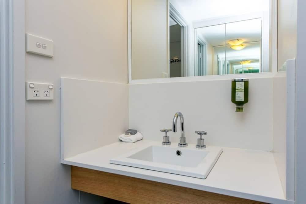 Deluxe-Zimmer, 1 Queen-Bett - Waschbecken im Bad
