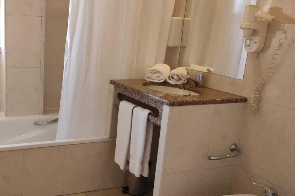 Basic Tek Büyük veya İki Ayrı Yataklı Oda, 1 Çift Kişilik veya veya 2 Tek Kişilik Yatak - Banyo