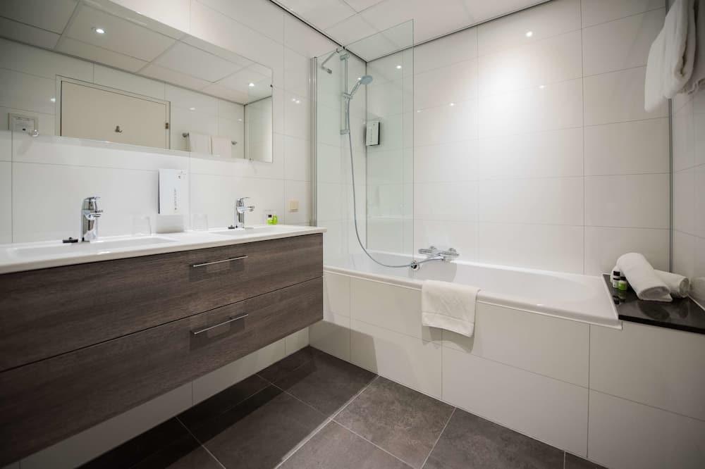 Family Room, Multiple Beds, Bathtub - Bathroom
