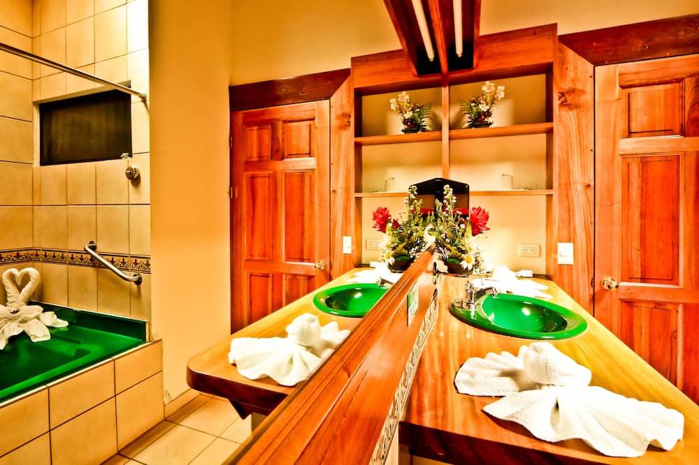 슈피리어 더블룸, 더블침대 2개, 발코니, 정원 전망 - 욕실