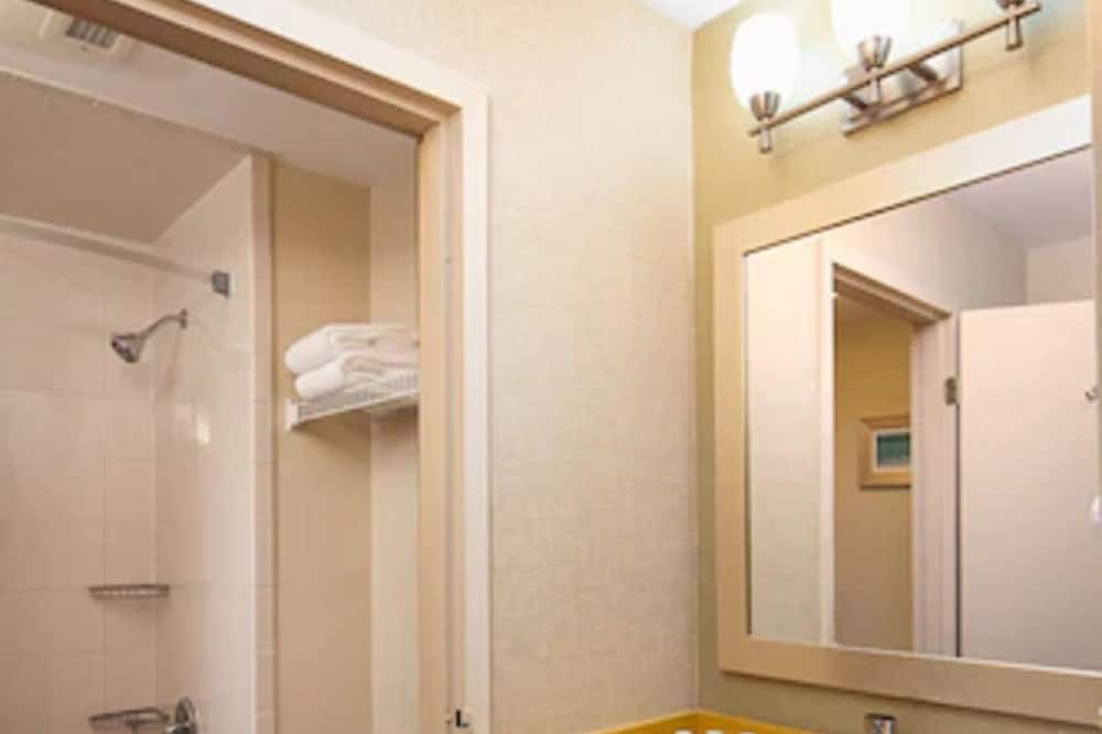 Suite, 1 King Bed with Sofa bed, Non Smoking (Upgrade) - Bathroom