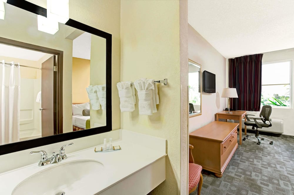 Business Room, 1 King Bed, Non Smoking - Bathroom