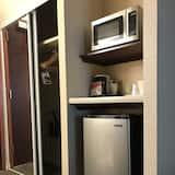ห้องสแตนดาร์ด, เตียงควีนไซส์ 1 เตียง, ปลอดบุหรี่, ตู้เย็นและไมโครเวฟ (Bunk beds) - ตู้เย็นขนาดเล็ก
