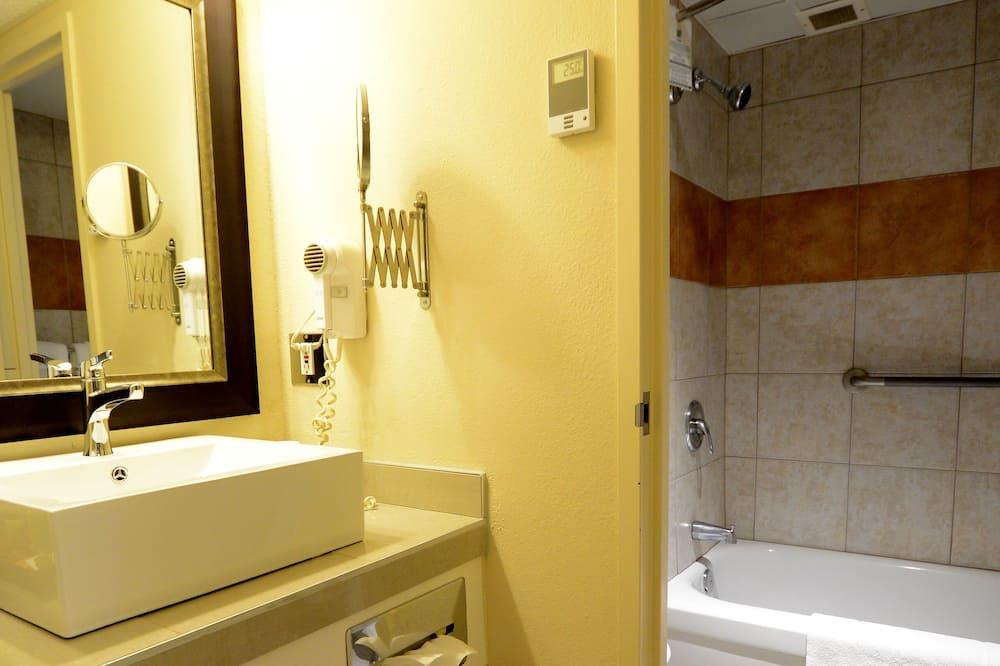 Standard-huone, 2 parisänkyä, Jääkaappi ja mikroaaltouuni - Kylpyhuone
