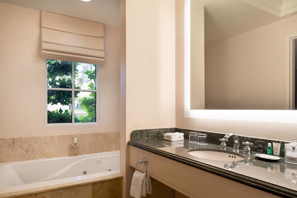 Junior Suite, 1 King Bed, Courtyard View, Corner - Bathroom