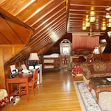 Deluxe King with Two Twin Beds - Living Area