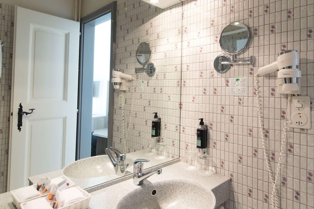 Phòng đôi hoặc 2 giường đơn tiện nghi đơn giản - Phòng tắm