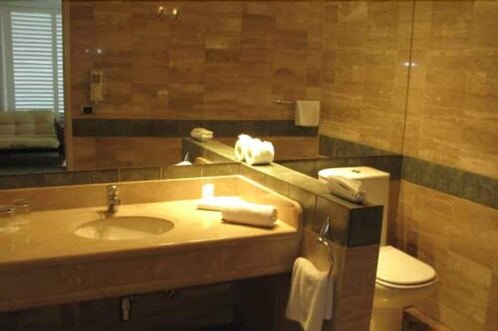 ห้องสวีท, เตียงใหญ่ 2 เตียง, วิวเมือง - ห้องน้ำ