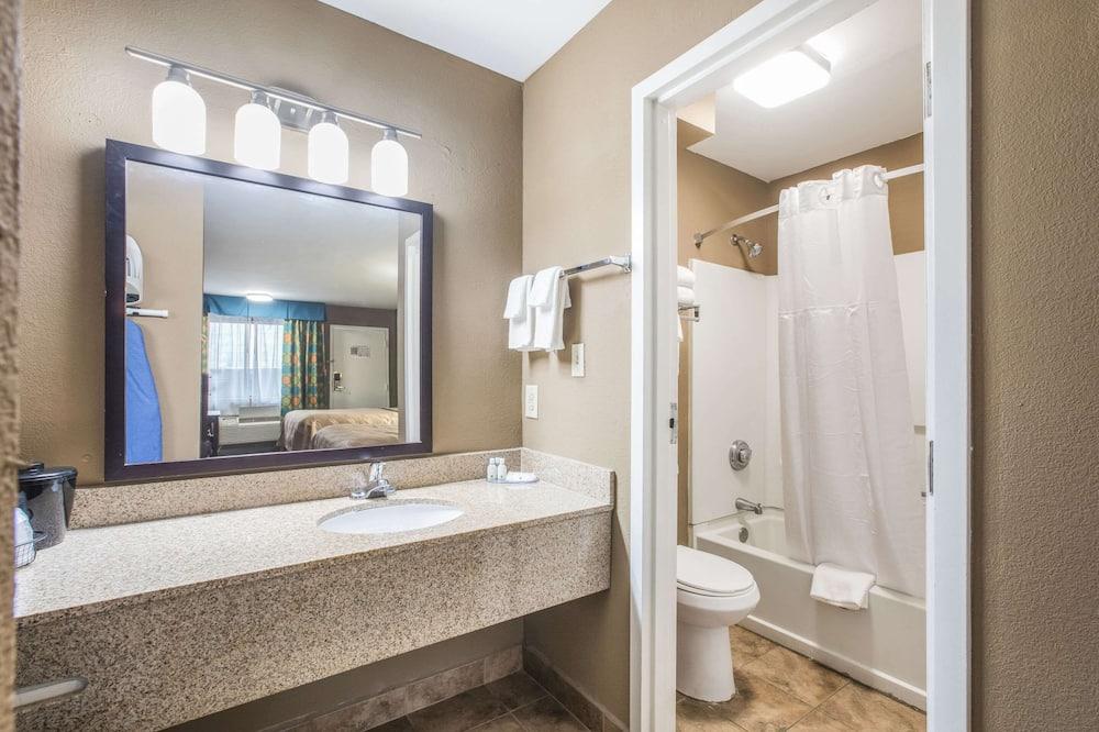 Standartinio tipo kambarys, 1 labai didelė dvigulė lova, Rūkantiesiems - Vonios kambarys