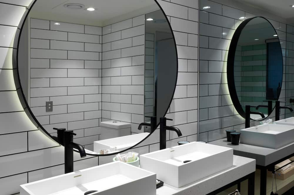 QT Atrium Suite - Bathroom