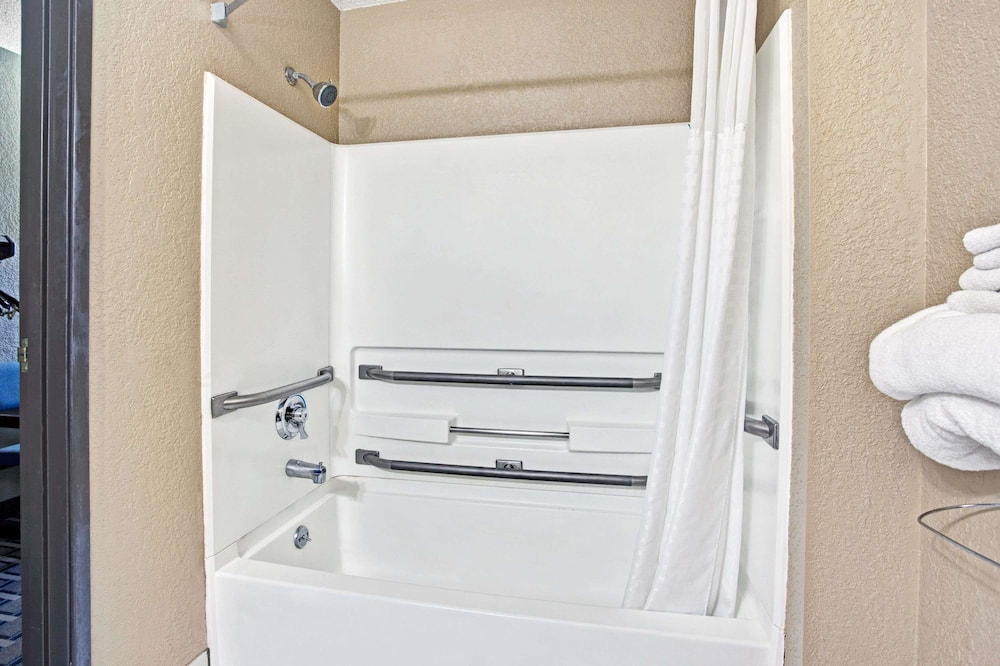 Štandardná izba, 1 veľké dvojlôžko, bezbariérová izba - Kúpeľňa