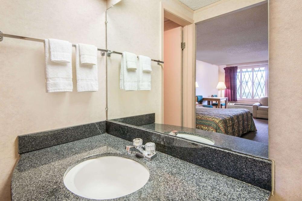 Chambre, 1 grand lit, fumeurs - Salle de bain