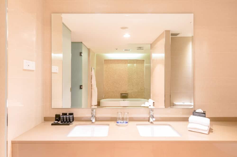 Apartmán typu Junior, 1 extra veľké dvojlôžko, výhľad na mesto - Kúpeľňa