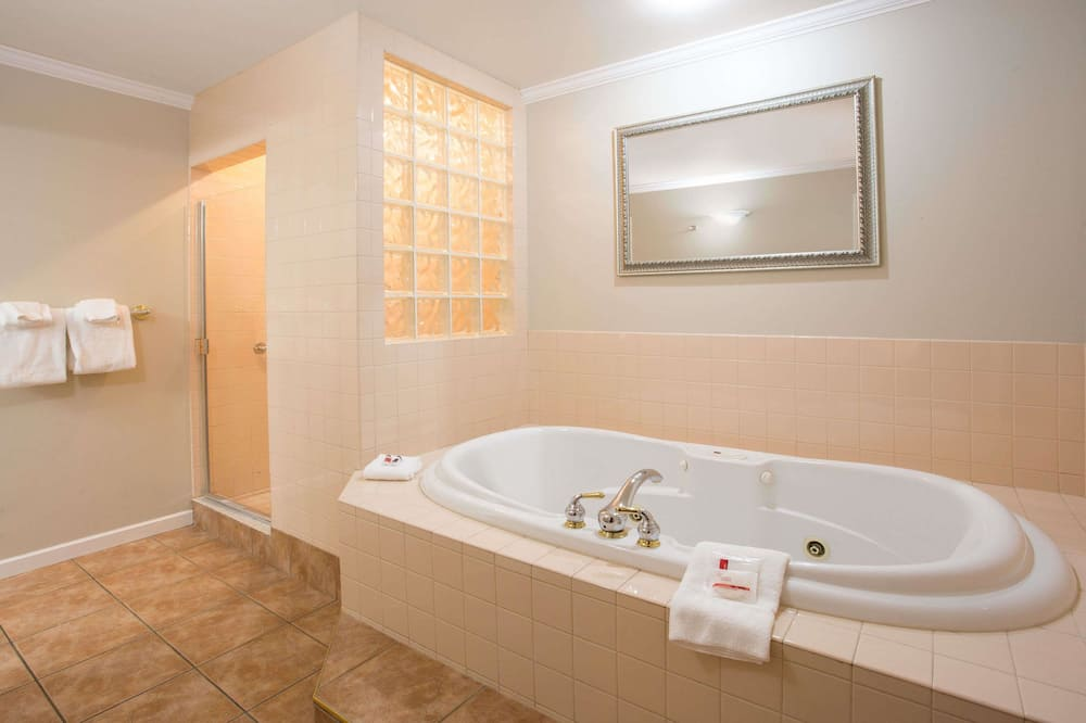 Suite, 1 King Bed, Soaker Tub, Fireplace - Kupaonica