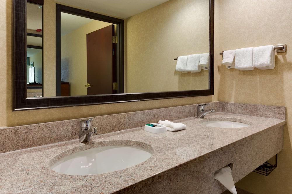 스위트, 냉장고 및 전자레인지 (2 Queen Beds and Sofa Bed) - 욕실
