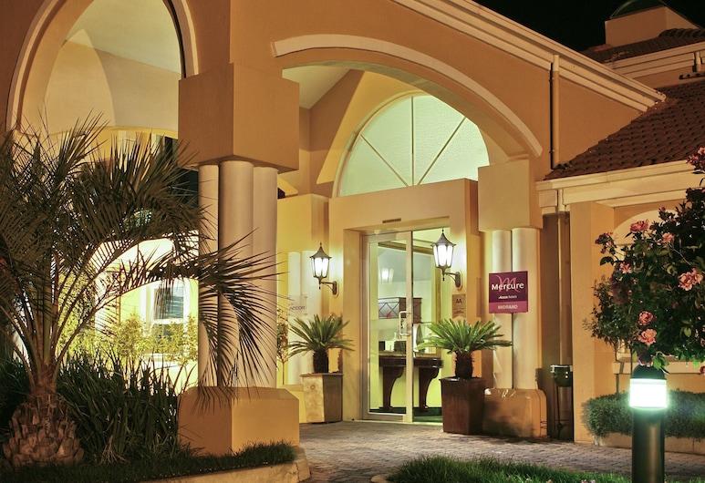 Mercure Johannesburg Midrand Hotel, Midrand, Hotellin julkisivu illalla/yöllä