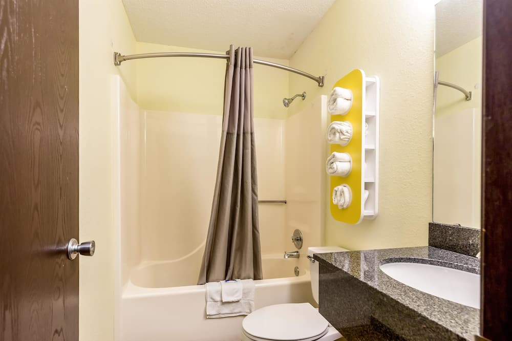Deluxe Room, 1 King Bed, Non Smoking, Refrigerator & Microwave - Badezimmer