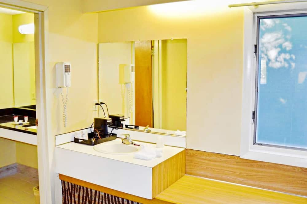 Deluxe Room With Two Double Beds Smoking  - Badkamer