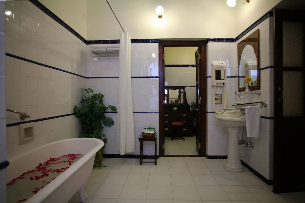 Deluxe Room, Multiple Beds, Courtyard View - Bathroom