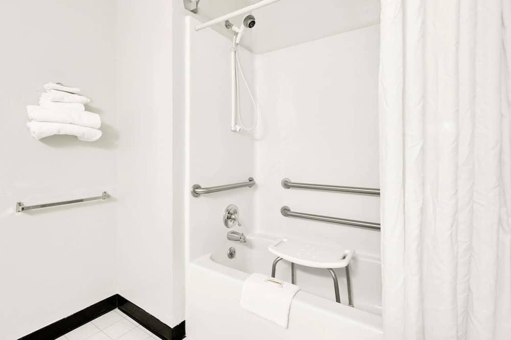 Chambre Standard, 1 grand lit, accessible aux personnes à mobilité réduite - Salle de bain