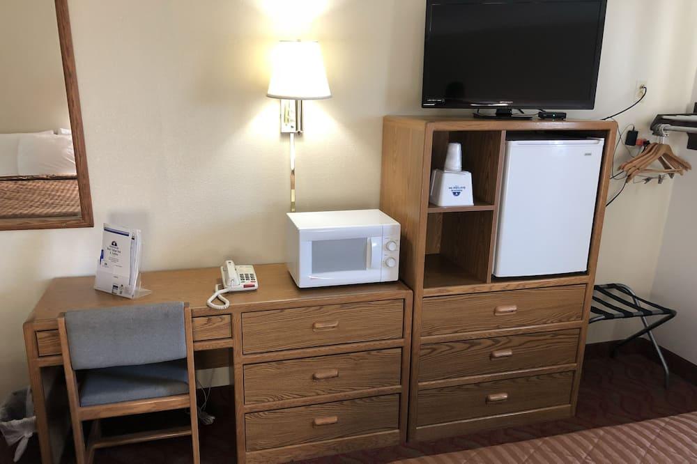 Room, 1 Queen Bed, Non Smoking - Mini Refrigerator