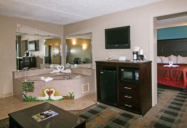 Days Inn & Suites by Wyndham Springfield on I-44, Springfield, Suite, 1 King Bed, Hot Tub, Guest Room