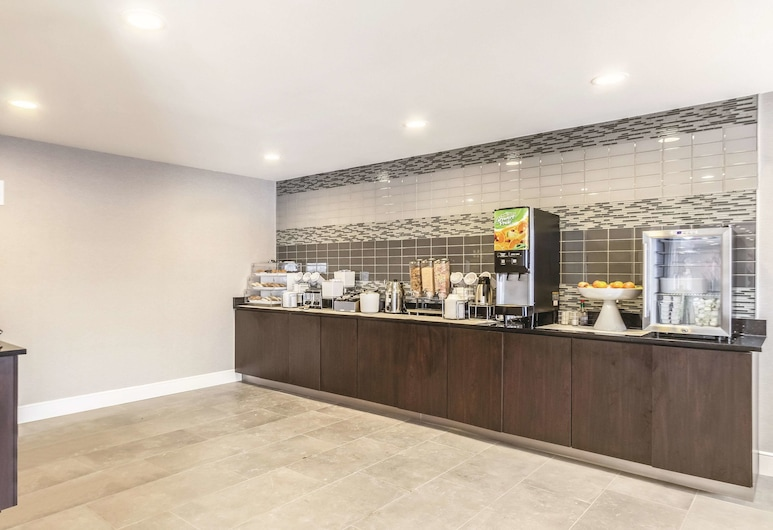 La Quinta Inn & Suites by Wyndham Cleveland - Airport North, Cleveland, Breakfast Area