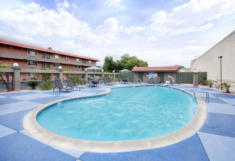 Super 8 by Wyndham Pasadena/LA Area, Pasadena, Pool