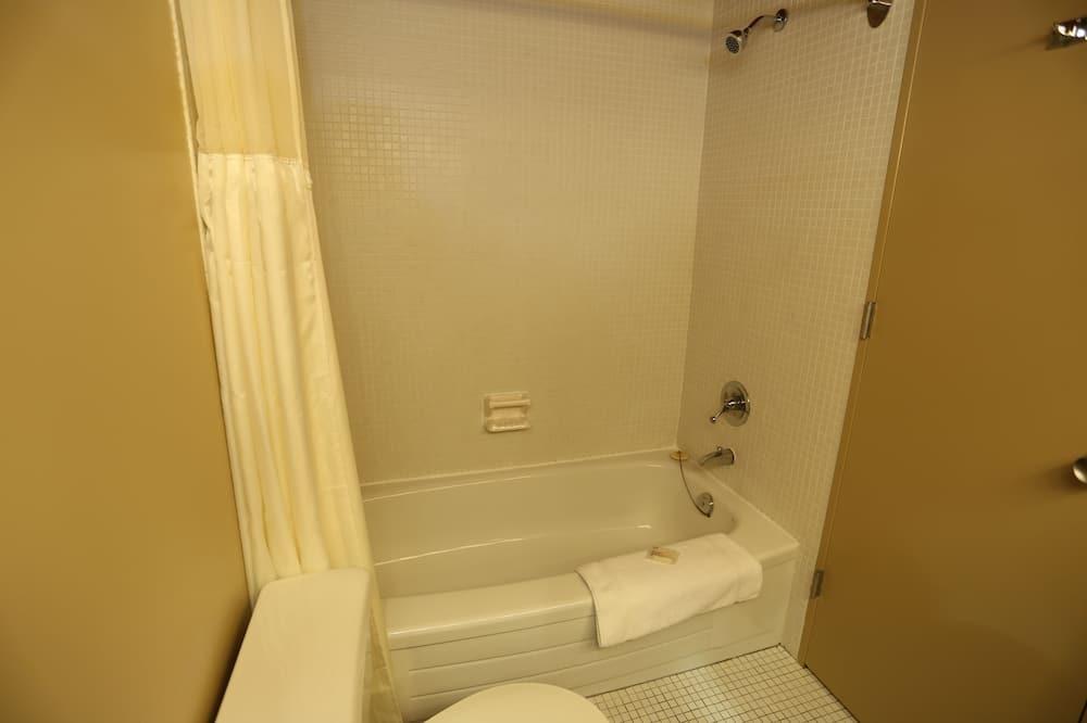 ห้องคลาสสิก, เตียงใหญ่ 2 เตียง - ห้องน้ำ