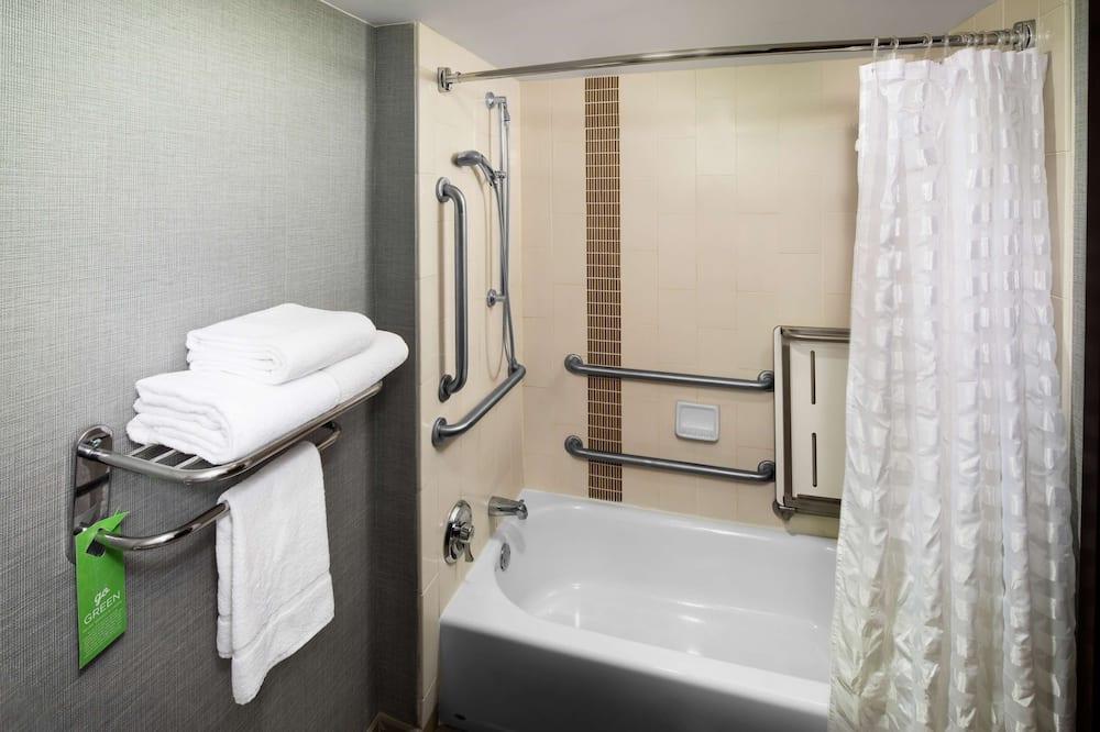 Værelse - 1 kingsize-seng - handicapvenligt - badekar - Badeværelse