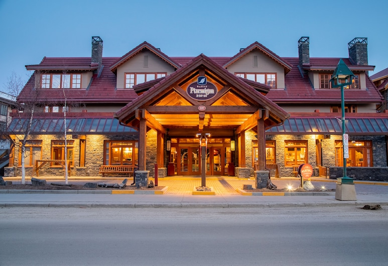 Banff Ptarmigan Inn, Banff, Fachada del hotel de noche