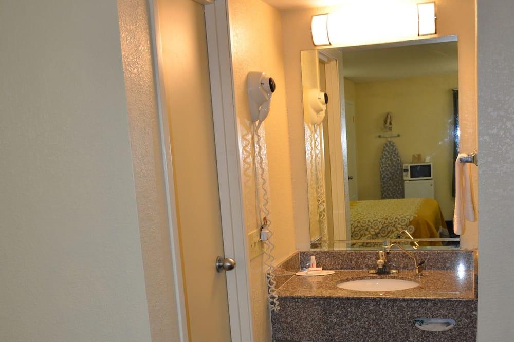 Værelse - 2 dobbeltsenge - handicapvenligt - Badeværelse