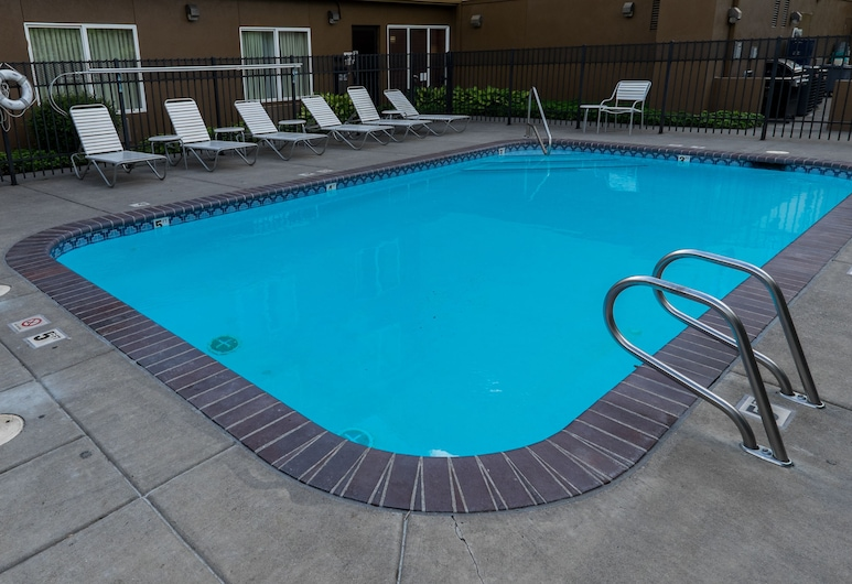 Fairfield Inn & Suites by Marriott Portland Airport, Portland, Outdoor Pool