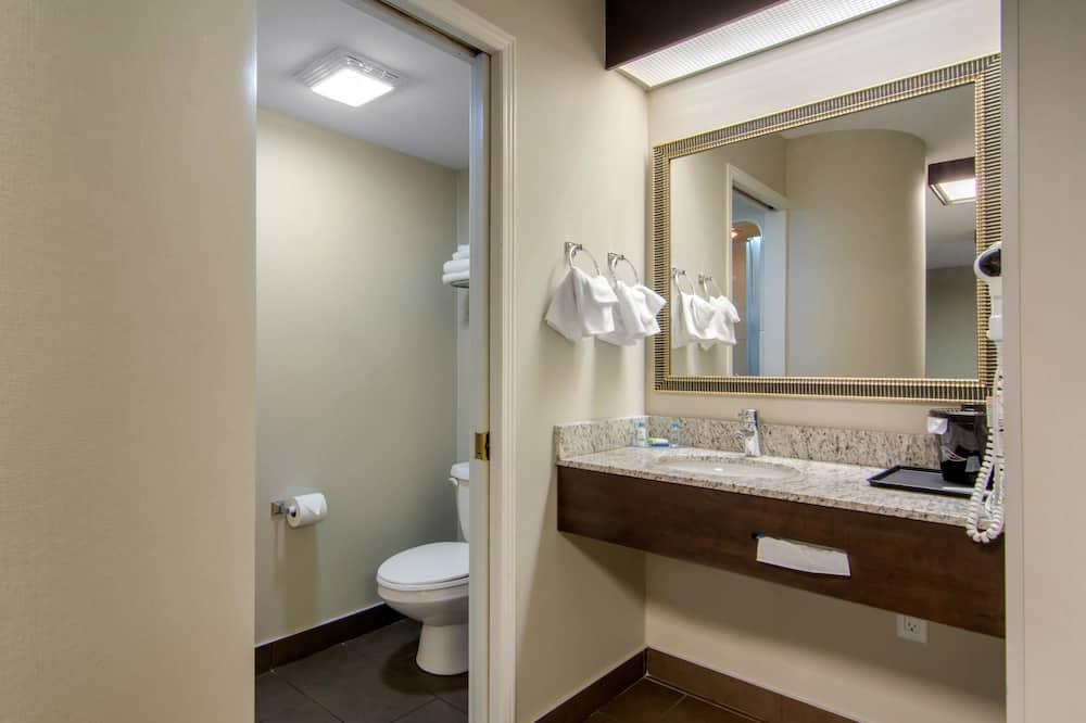 Номер-люкс, 1 ліжко «кінг-сайз» та розкладний диван, для некурців - Ванна кімната
