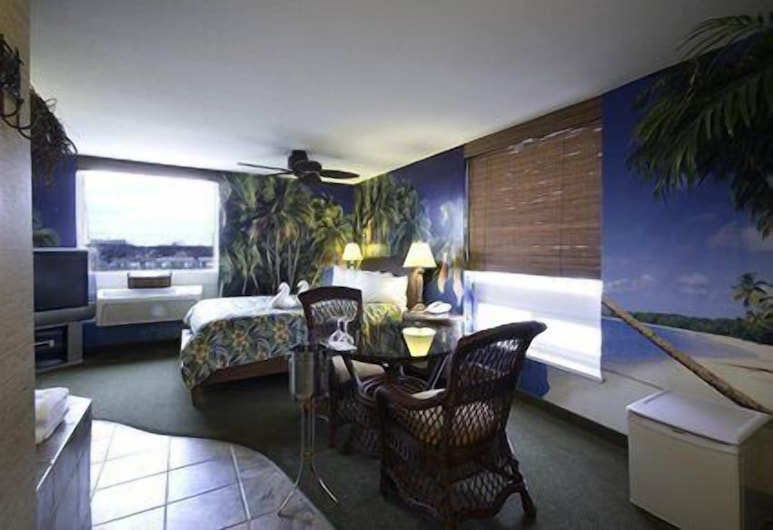 Quality Inn and Suites Winnipeg, Winnipeg, Room, 1 Queen Bed, Accessible, Living Area