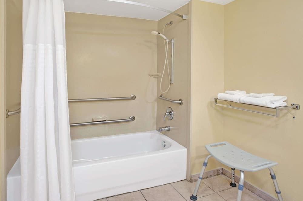 Habitación, 1 cama Queen size, con acceso para silla de ruedas, bañera (Mobility/Hearing, Grab bars) - Baño