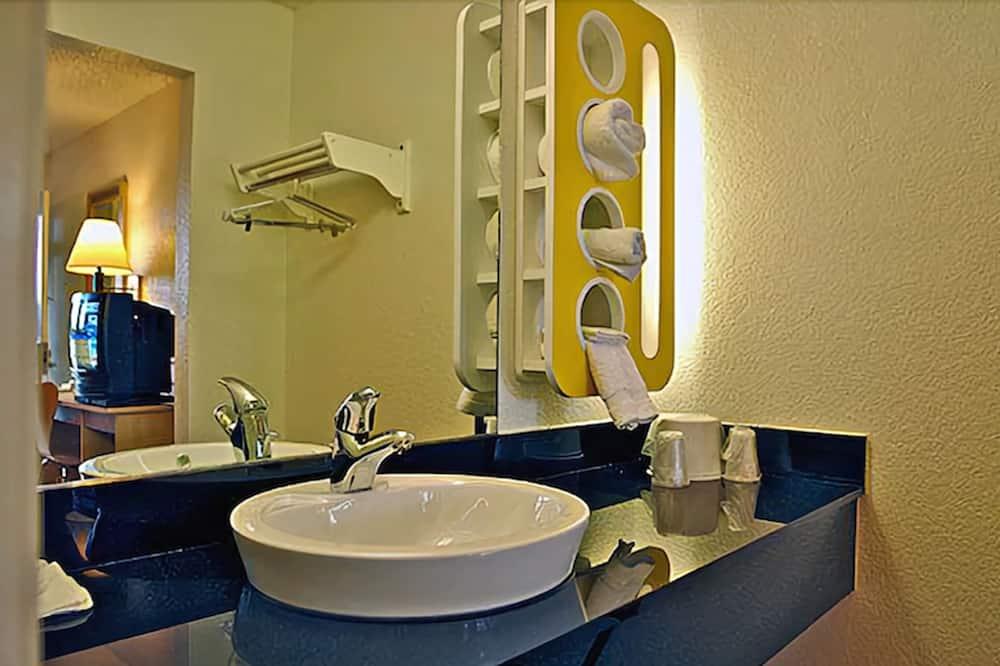 Standaard kamer, 1 tweepersoonsbed, Toegankelijk voor mindervaliden, roken (Roll-In Shower) - Badkamer