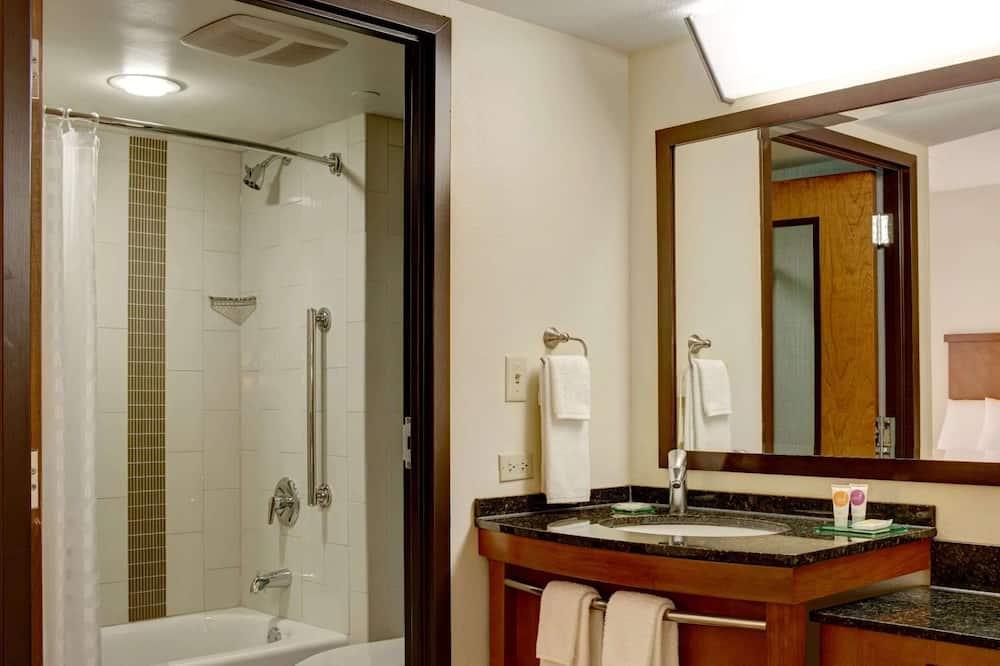 Deluxe Room, Multiple Beds - Bathroom