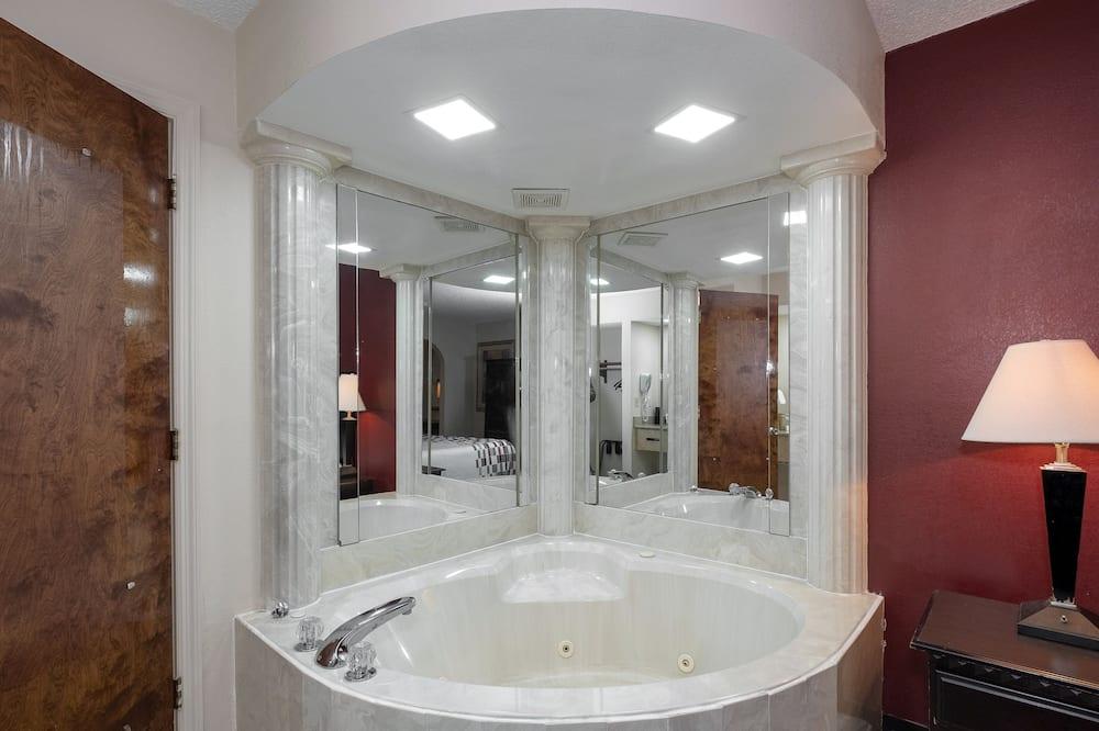 Standartinio tipo numeris, 1 labai didelė dvigulė lova, Rūkantiesiems, sūkurinė vonia - Vonios kambarys