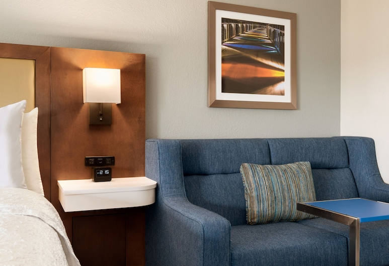Hampton Inn West Des Moines Lake Drive, West Des Moines, One King and One Sofa Bed Non-Smoking, Guest Room