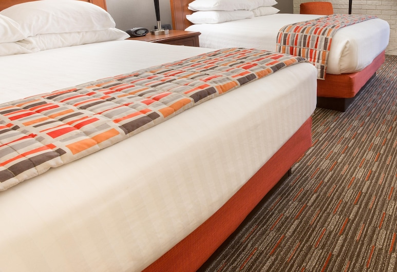 Drury Inn & Suites Joplin, ג'ופלין, חדר דה-לוקס, 2 מיטות קווין, מקרר ומיקרוגל, חדר אורחים
